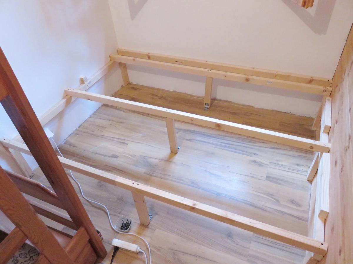 Krok I Montaż Stelaża łóżka Drewnianego Zdjęcie